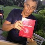 Manfred Leisenberg mit einem Buch-Exemplar